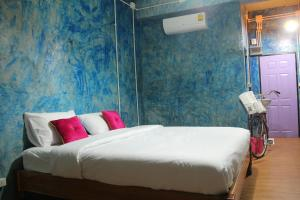 A bed or beds in a room at Samui Poshtel