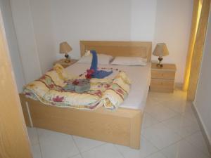 سرير أو أسرّة في غرفة في أواسيس ريزورت للشقق الفندقية