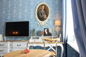 A television and/or entertainment center at Russkiy Dvorik Boutique Hotel