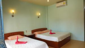 A bed or beds in a room at Black & White Bungalows