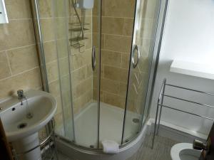 A bathroom at Peakstones Inn