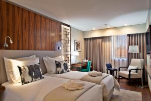 A bed or beds in a room at TURIM Saldanha Hotel