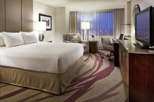 A bed or beds in a room at Hilton Long Beach Hotel