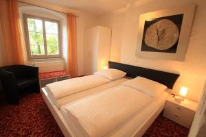 Ein Bett oder Betten in einem Zimmer der Unterkunft Hotel Zum Goldenen Anker