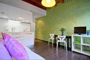 A television and/or entertainment center at Apartments Florence - San Gallo 3