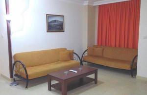 En sittgrupp på Ada-1 Apart Hotel