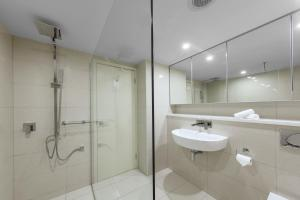 A bathroom at Oaks Darwin Elan Hotel