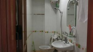 A bathroom at Phu Hiep Guesthouse