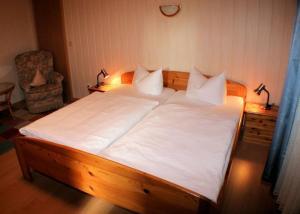 Ein Bett oder Betten in einem Zimmer der Unterkunft Hotel Weibertreu