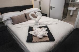 A bed or beds in a room at NOX HOTELS - Notting Hill