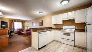 A kitchen or kitchenette at Best Western Plus Sunrise Inn