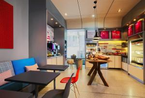 A restaurant or other place to eat at Aloft München