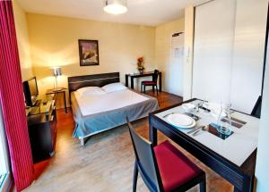 A bed or beds in a room at Odalys City Antibes Olympe