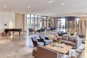 Ein Restaurant oder anderes Speiselokal in der Unterkunft BUDERSAND Hotel - Golf & Spa - Sylt