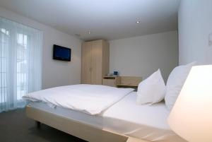 A bed or beds in a room at Hotel Restaurant Ochsen