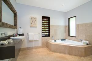 A bathroom at Sisanya Home