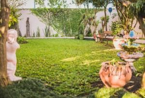 A garden outside Sonho da Serra Pousada