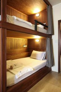 Våningssäng eller våningssängar i ett rum på Hogwortz hostel Krabi
