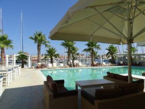 Πισίνα στο ή κοντά στο Ξενοδοχείο Ιανός