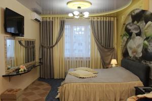 Кровать или кровати в номере Апартаменты на Революции 1905 Года