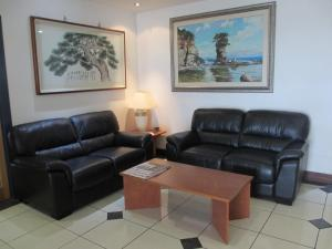 A seating area at Springwood Tower Apartment Hotel