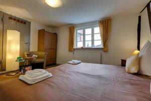 Ein Bett oder Betten in einem Zimmer der Unterkunft Hotel Kleine Radlerherberge