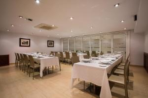 A restaurant or other place to eat at Ayre Hotel Ramiro I