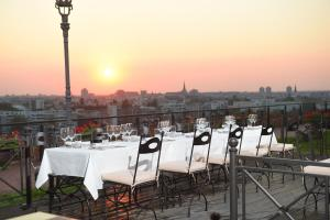 A restaurant or other place to eat at Garni Hotel Leopold I