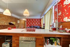 Кухня или мини-кухня в Home4day Saviour on the Blood Church 2