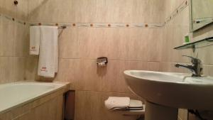 A bathroom at Hotel Hibiscus Blvd Triomphal