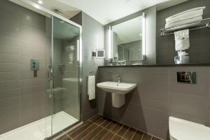 A bathroom at Mercure London Paddington Hotel