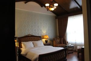 A bed or beds in a room at Chalet Islamabad