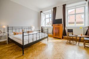 Een bed of bedden in een kamer bij Historic Centre Apartments IV