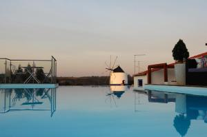 The swimming pool at or close to Casas Do Moinho - Turismo De Aldeia