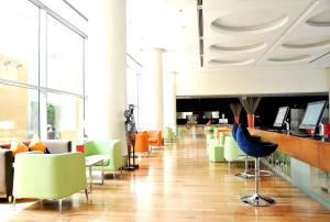The lounge or bar area at Ibis World Trade Centre