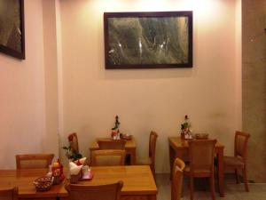 A restaurant or other place to eat at Tan Hoang Long Hotel