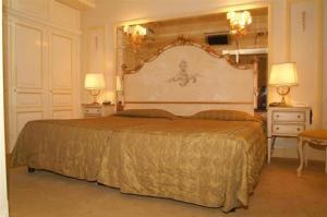 A bed or beds in a room at Hotel Champagne Palace
