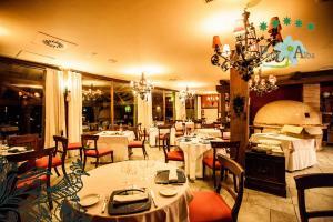 Un restaurante o sitio para comer en Hotel Rural Peña Del Alba