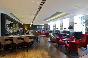 A restaurant or other place to eat at London Bridge Hotel