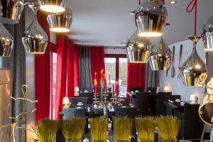 Restaurant ou autre lieu de restauration dans l'établissement Auberge De Maison Rouge