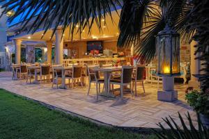 Restauracja lub miejsce do jedzenia w obiekcie Socrates Hotel Malia Beach