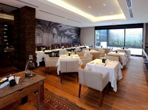 A restaurant or other place to eat at Hotel Estelar Parque de la 93