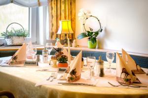 Ein Restaurant oder anderes Speiselokal in der Unterkunft Hotel Hirsch
