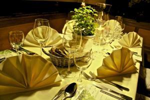 Ein Restaurant oder anderes Speiselokal in der Unterkunft Hotel Breidenbacher Hof