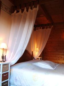 A bed or beds in a room at B&B Chalet l'Epinette