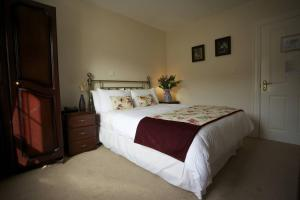 A bed or beds in a room at The Glen House Country Accommodation