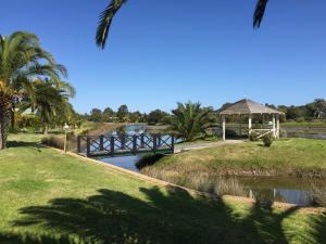 A view of the pool at Martin Fields Beach Retreat or nearby