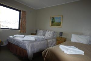 A bed or beds in a room at Swagman Chalet