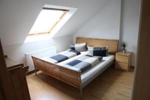 Ein Bett oder Betten in einem Zimmer der Unterkunft Nadines Ferienwohnung