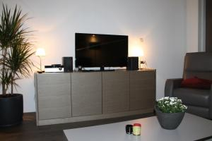 A television and/or entertainment center at Huisje Zeertevree